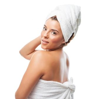 Belle femme avec une serviette après la douche