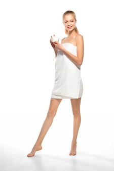 Belle femme en serviette isolé sur fond blanc.