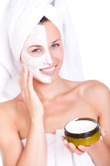 Belle femme en serviette avec masque facial