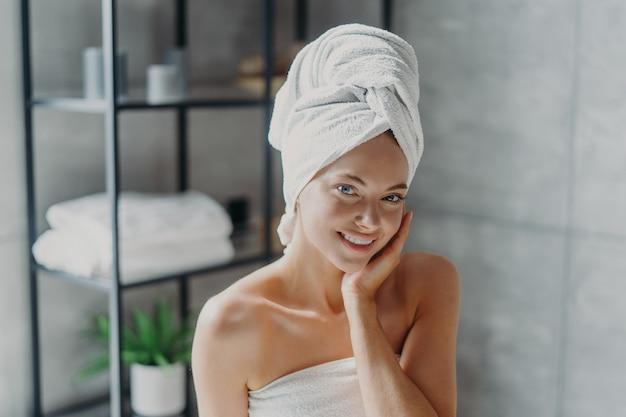 Belle femme avec une serviette sur la tête