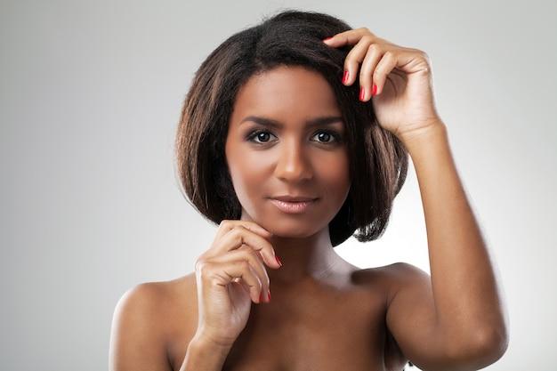 Belle femme avec ses épaules nues closeup