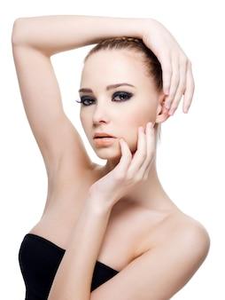 Belle femme sexy caucasienne en robe noire posant isolé sur blanc