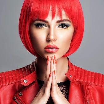 Belle femme sexy avec une coiffure bob rouge vif. top model. fille magnifique sensuelle dans une veste en cuir. superbe visage d'une jolie dame.