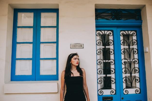 Belle femme sexy posant sur un fond de portes en bois