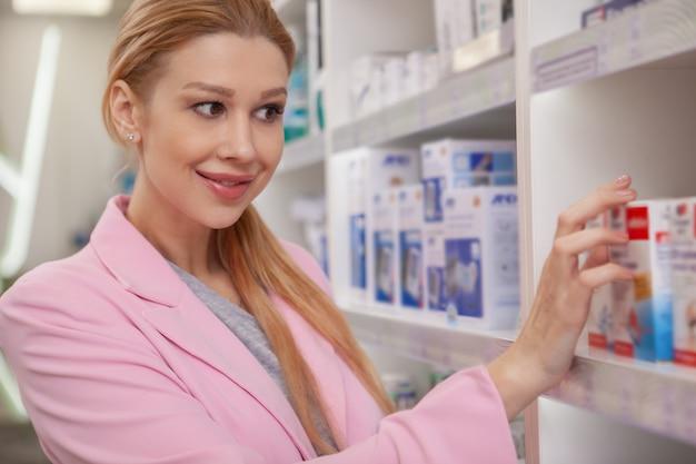 Belle femme shopping à la pharmacie