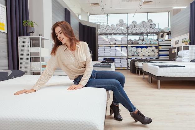 Belle femme shopping pour matelas orthopédique