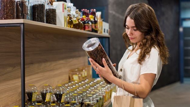 Belle femme shopping produits bio