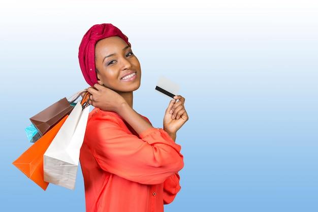 Belle femme shopping et tenue de sacs