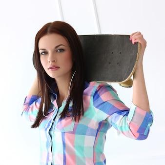 Belle femme avec skateboard