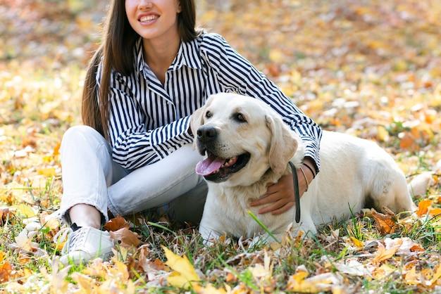 Belle femme avec son chien mignon