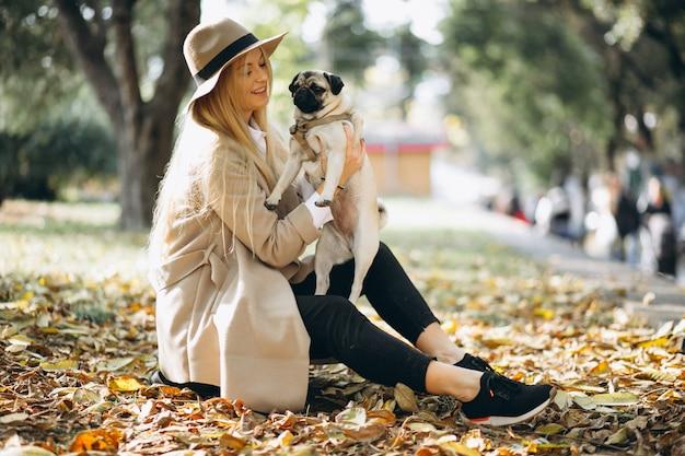 Belle femme avec son chien