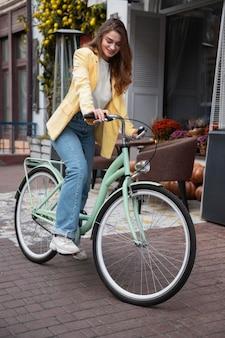Belle femme sur son vélo dans la rue