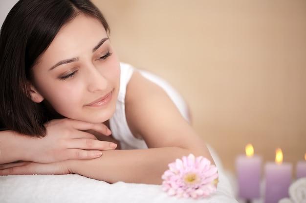 Belle femme souriante au visage frais se détendre à l'intérieur.