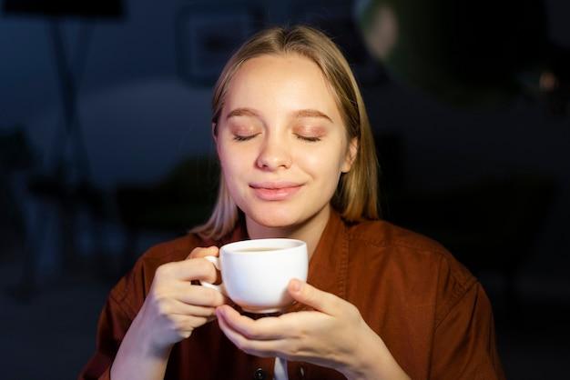 Belle femme souriante, boire du café
