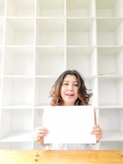 Belle femme souriante heureuse. femme asiatique tenant un papier.