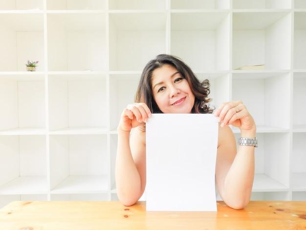 Belle femme souriante heureuse sur fond blanc.