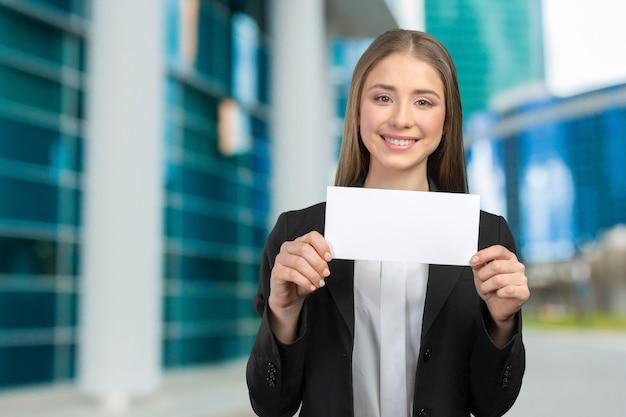 Belle femme souriante heureuse, montrant l'espace de copie