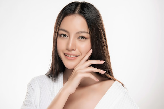 Belle femme souriante avec une peau propre
