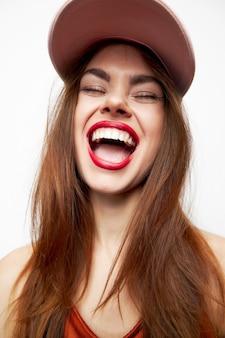 Belle femme souriante portant une casquette