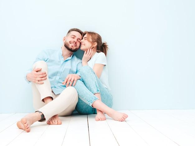 Belle femme souriante et son beau petit ami