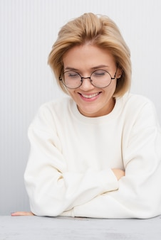 Belle femme souriante studio abattu