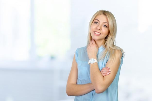 Belle femme souriante