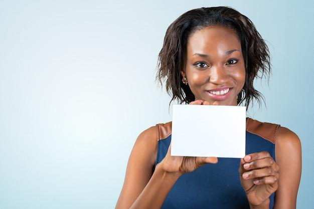 Une belle femme avec un sourire parfait est titulaire d'une carte de visite