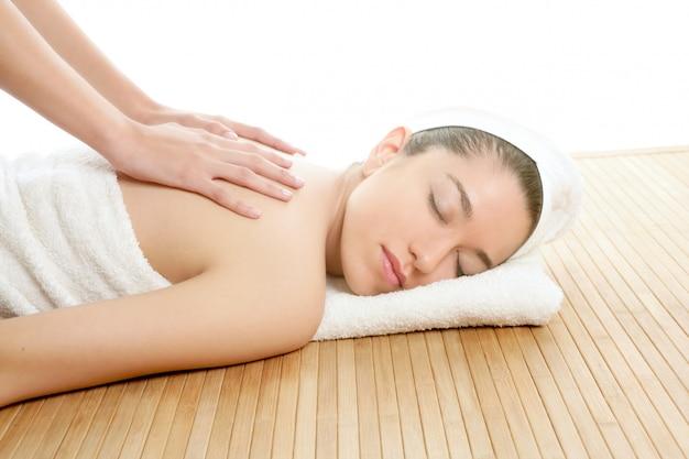 Belle femme sur le spa massage sur le dos