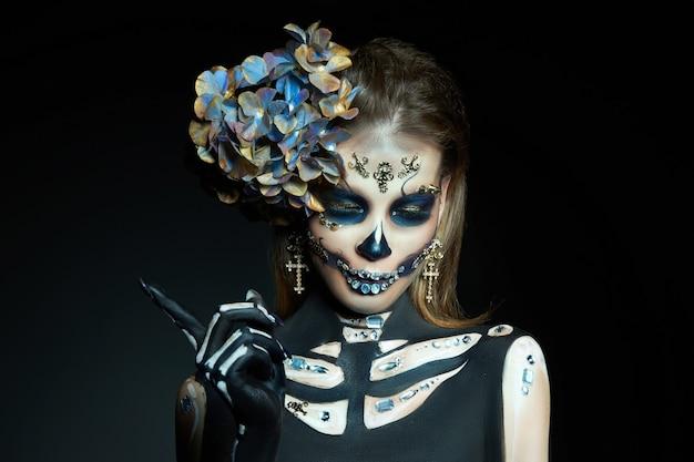 Belle femme squelette avec maquillage halloween
