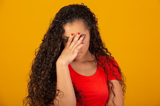 Belle femme stressante en gardant la main sur la tête