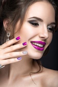 Belle femme de style gothique avec maquillage de soirée et ongles rouges avec des épines. photo prise en studio sur fond rouge.