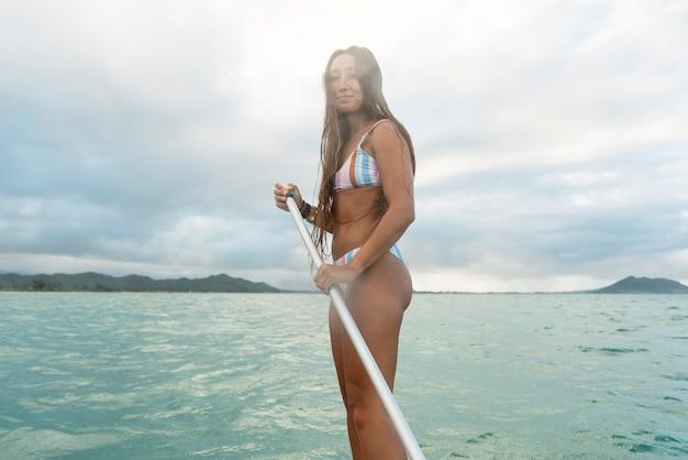 Belle femme surf à hawaii