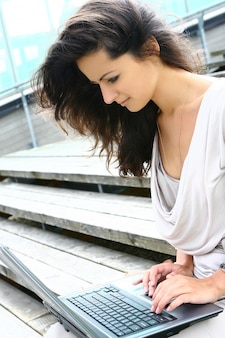 Belle femme surfer en plein air sur internet