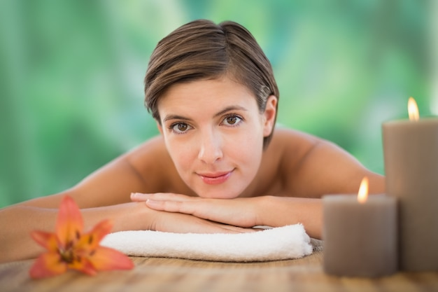 Belle femme sur la table de massage à la ferme de la santé