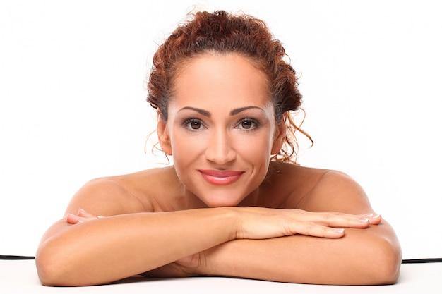 Belle femme de taille moyenne avec du maquillage