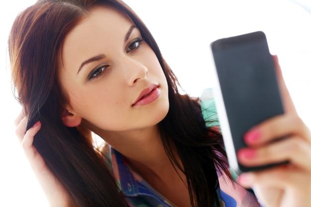 Belle femme avec téléphone portable