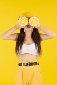 Belle femme tenant un ananas