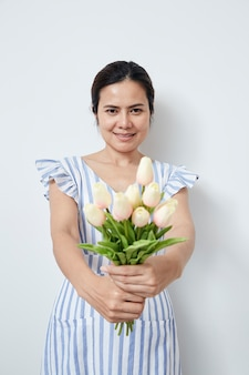 Belle femme tenant un bouquet de tulipes
