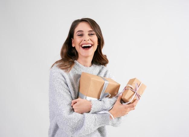 Belle femme tenant deux cadeaux