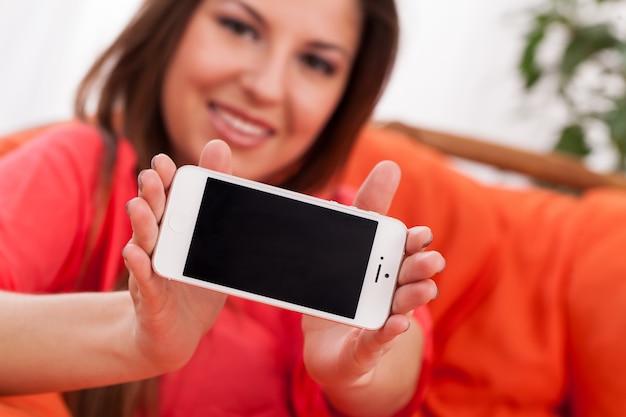 Belle femme tenant un smartphone