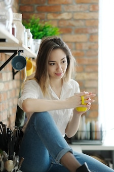 Belle femme tenant une tasse