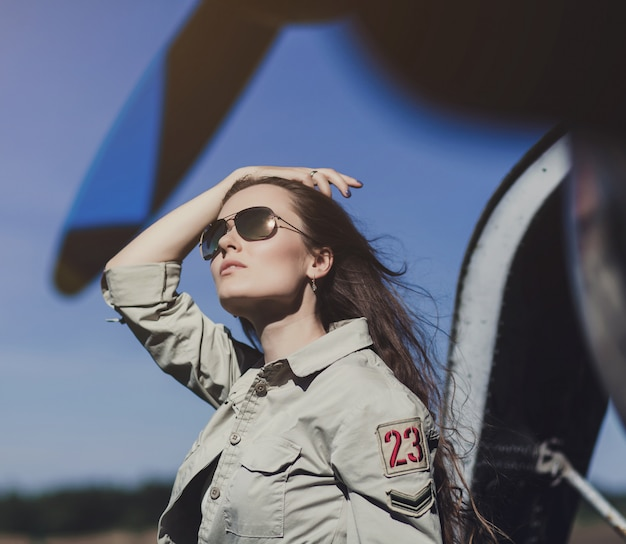 Belle femme en tenue militaire