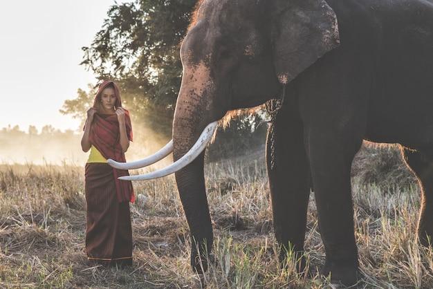 Belle femme thaïlandaise, passer du temps avec l'éléphant dans la jungle