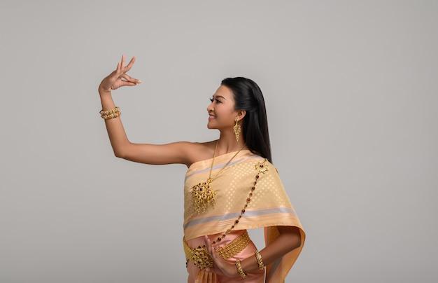 Belle femme thaïlandaise vêtue d'une robe thaïlandaise et danse thaïlandaise
