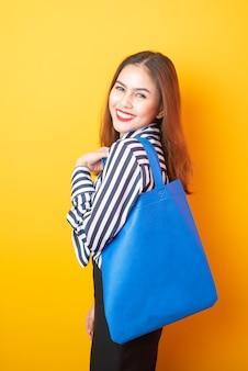 Belle femme tient un sac en tissu bleu