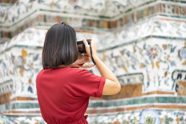 Belle femme touriste tenir la caméra pour capturer les souvenirs