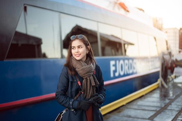 Belle femme touriste voyage avec norway cruise