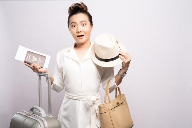 Belle femme touristique avec un bagage