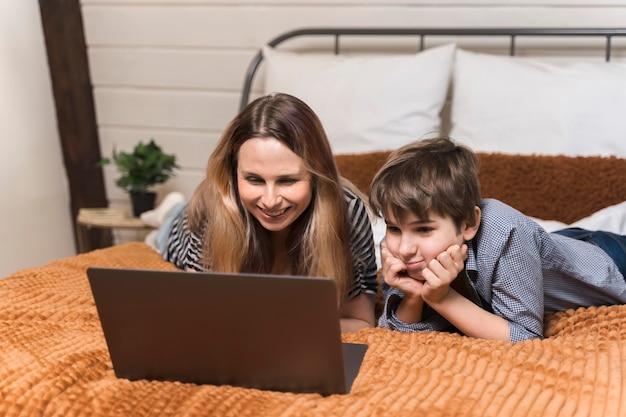 Belle femme travaillant à domicile avec son fils
