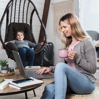 Belle femme travaillant à domicile